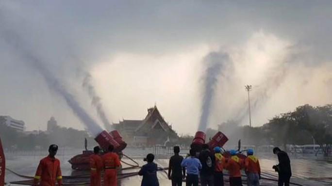 Bangkok mịt mù khói bụi, hơn 400 trường học đóng cửa - Ảnh 1.