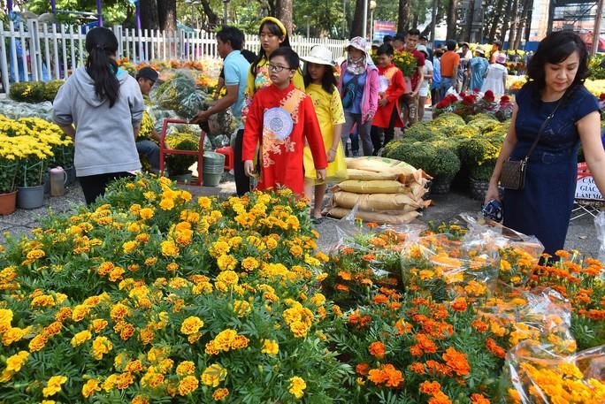 Chợ hoa Tết Bến Bình Đông ngày càng đìu hiu dù cận Tết - Ảnh 8.