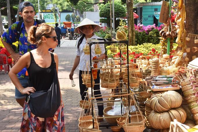 Chợ hoa Tết Bến Bình Đông ngày càng đìu hiu dù cận Tết - Ảnh 15.