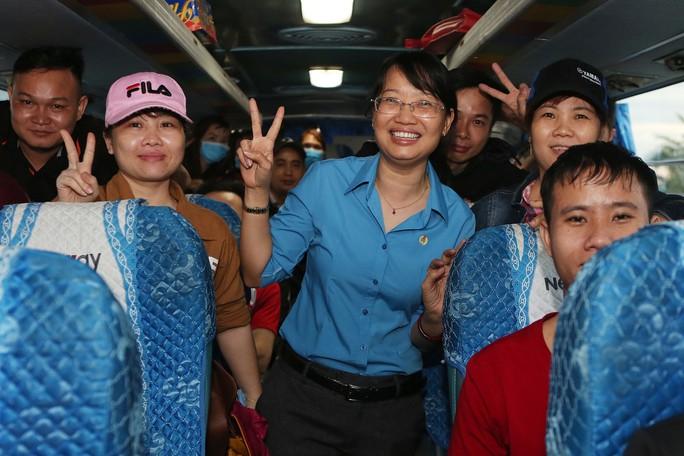 Tấm vé nghĩa tình đã lăn bánh đưa 1.500 công nhân về quê đón Tết - Ảnh 7.