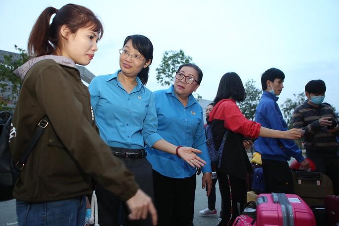 Tấm vé nghĩa tình đã lăn bánh đưa 1.500 công nhân về quê đón Tết - Ảnh 4.
