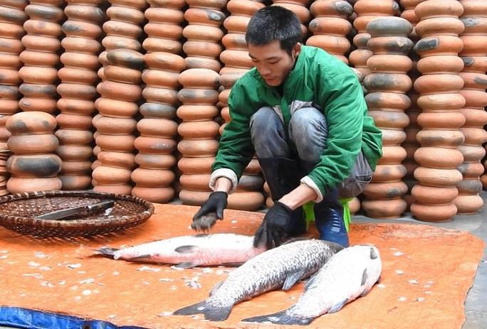 Làng Vũ Đại trắng đêm sản xuất cá kho phục vụ Tết - Ảnh 4.