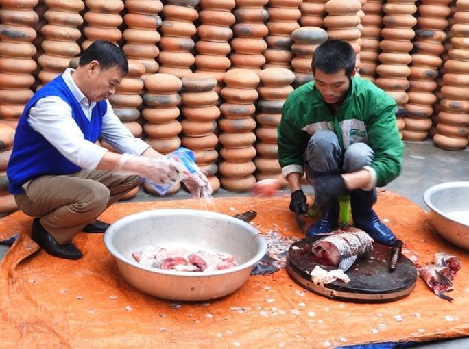Làng Vũ Đại trắng đêm sản xuất cá kho phục vụ Tết - Ảnh 5.
