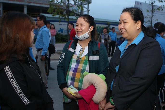 Tấm vé nghĩa tình đã lăn bánh đưa 1.500 công nhân về quê đón Tết - Ảnh 3.