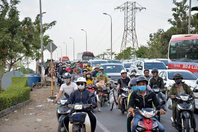 Cầu Bình Triệu kẹt cứng, khách chạy bộ vào Bến xe Miền Đông - Ảnh 3.