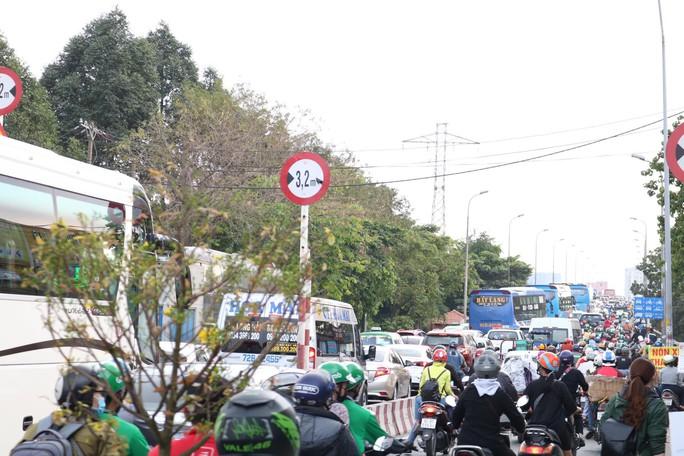 Cầu Bình Triệu kẹt cứng, khách chạy bộ vào Bến xe Miền Đông - Ảnh 1.