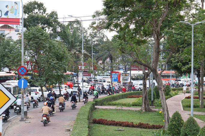 Cầu Bình Triệu kẹt cứng, khách chạy bộ vào Bến xe Miền Đông - Ảnh 4.