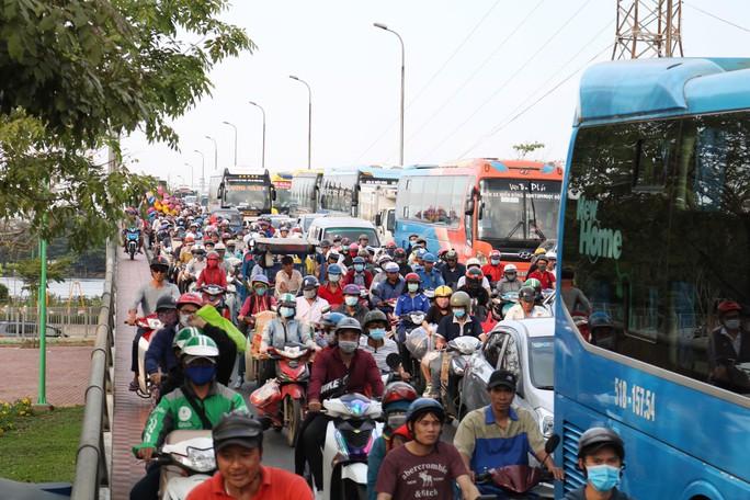 Cầu Bình Triệu kẹt cứng, khách chạy bộ vào Bến xe Miền Đông - Ảnh 9.