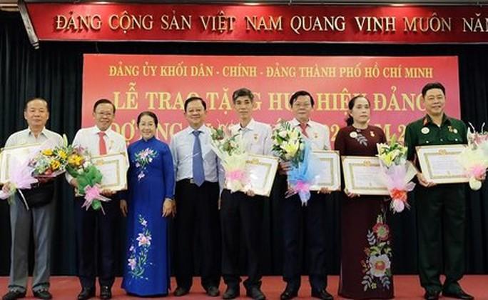 TP HCM trao Huy hiệu Đảng đợt 3-2 - Ảnh 1.