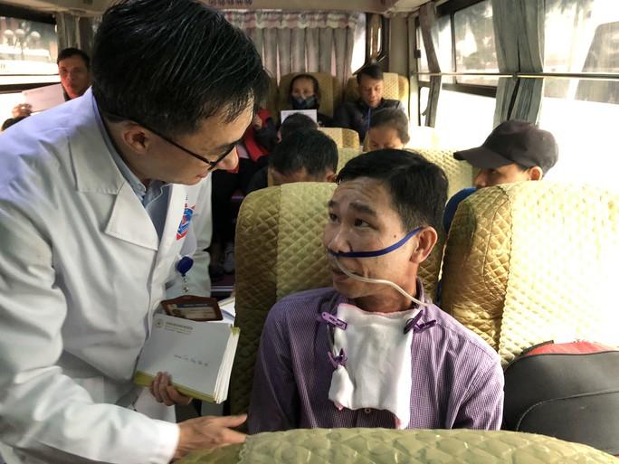 Bệnh nhân và bác sĩ song ca trước khi lên chuyến xe yêu thương về ăn Tết - Ảnh 22.