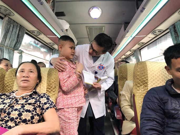 Bệnh nhân và bác sĩ song ca trước khi lên chuyến xe yêu thương về ăn Tết - Ảnh 24.