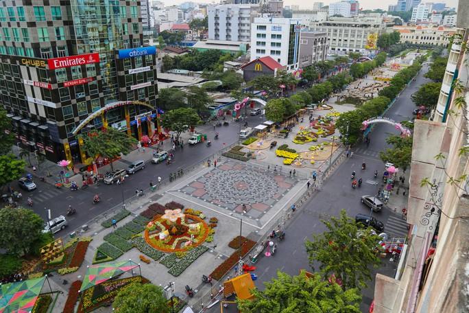 Toàn cảnh đường hoa Nguyễn Huệ trước giờ khai mạc - Ảnh 1.