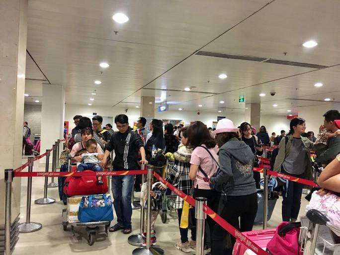 Hành khách vác vali chạy bộ cho kịp giờ bay - Ảnh 4.