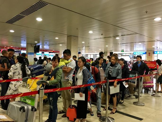 Hành khách vác vali chạy bộ cho kịp giờ bay - Ảnh 8.