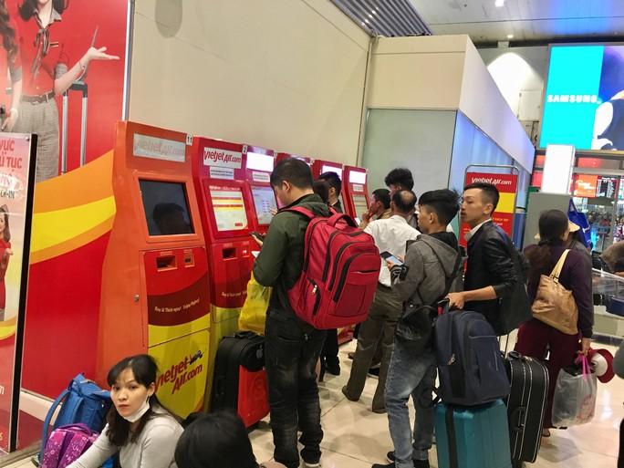 Hành khách vác vali chạy bộ cho kịp giờ bay - Ảnh 5.