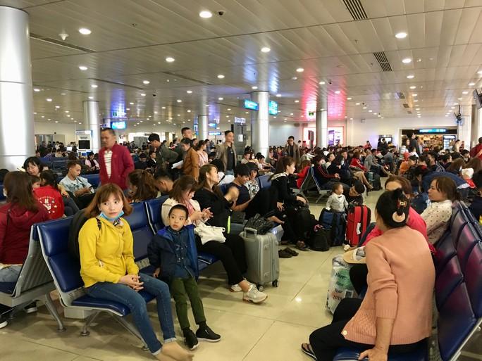 Hành khách vác vali chạy bộ cho kịp giờ bay - Ảnh 3.