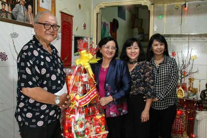 Lãnh đạo Thành ủy TP HCM thăm và chúc tết nghệ sĩ - Ảnh 3.