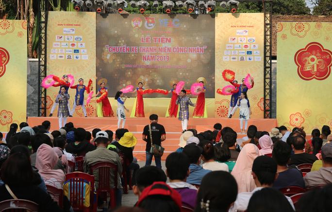 TP HCM: Tưng bừng lễ tiễn 1.500 thanh niên công nhân về quê đón Tết - Ảnh 4.