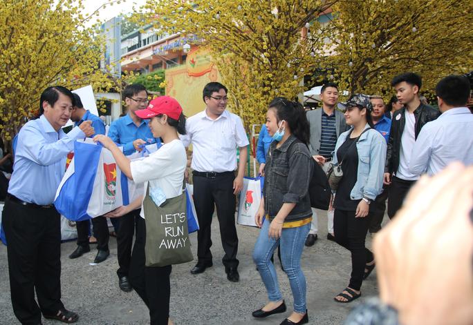 TP HCM: Tưng bừng lễ tiễn 1.500 thanh niên công nhân về quê đón Tết - Ảnh 6.