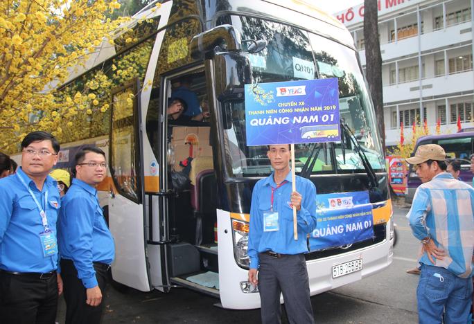 TP HCM: Tưng bừng lễ tiễn 1.500 thanh niên công nhân về quê đón Tết - Ảnh 2.