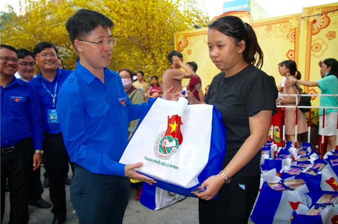 TP HCM: Tưng bừng lễ tiễn 1.500 thanh niên công nhân về quê đón Tết - Ảnh 7.