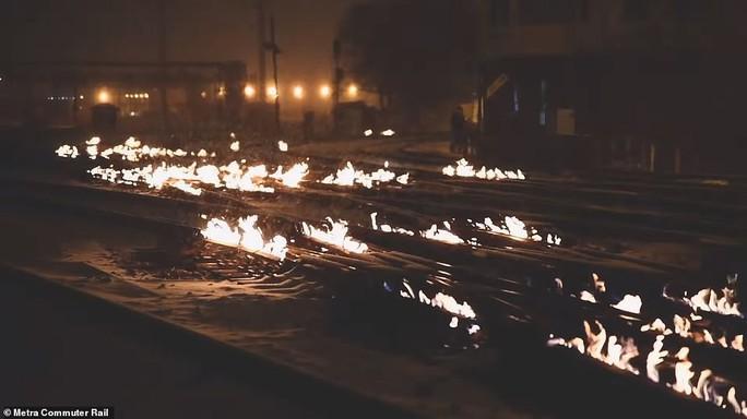 Mỹ: Lạnh tới mức phải nổi lửa đốt đường ray  - Ảnh 3.