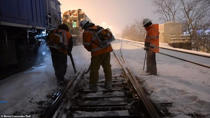 Mỹ: Lạnh tới mức phải nổi lửa đốt đường ray  - Ảnh 4.