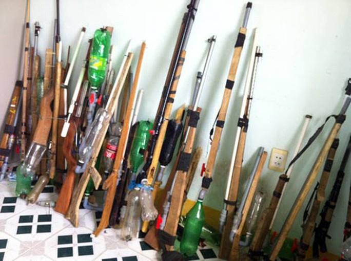 Mang súng tự chế vãi đạn vào quán bar - Ảnh 2.