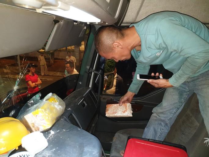 CLIP: Tài xế xe tải và xe du lịch lao vào xử nhau vì giành đường - Ảnh 1.