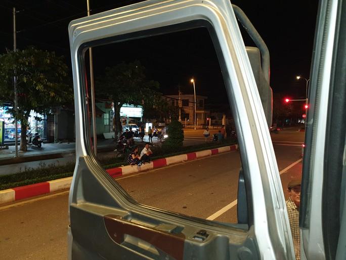 CLIP: Tài xế xe tải và xe du lịch lao vào xử nhau vì giành đường - Ảnh 3.