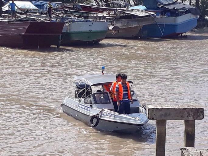 Sự cố nghiêm trọng trên sông Tiền, hiện 3 người đang mất tích - Ảnh 1.