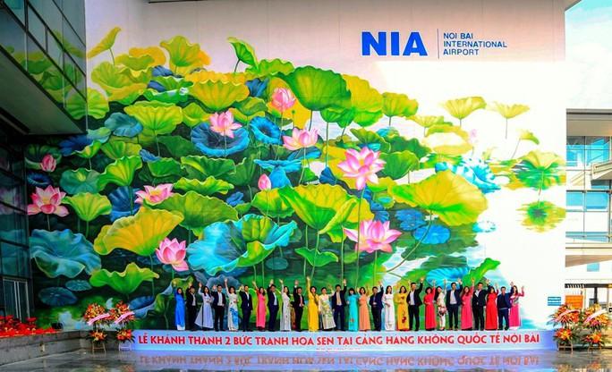 Check-in với tranh sen siêu đại tại sân bay Nội Bài - Ảnh 1.