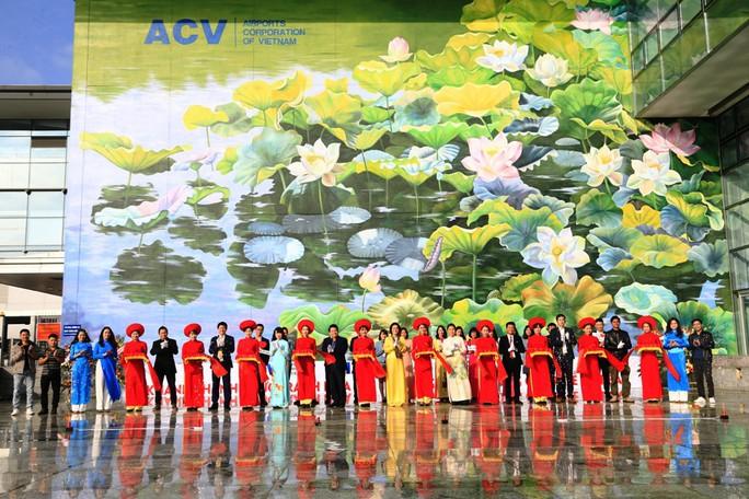 Check-in với tranh sen siêu đại tại sân bay Nội Bài - Ảnh 2.