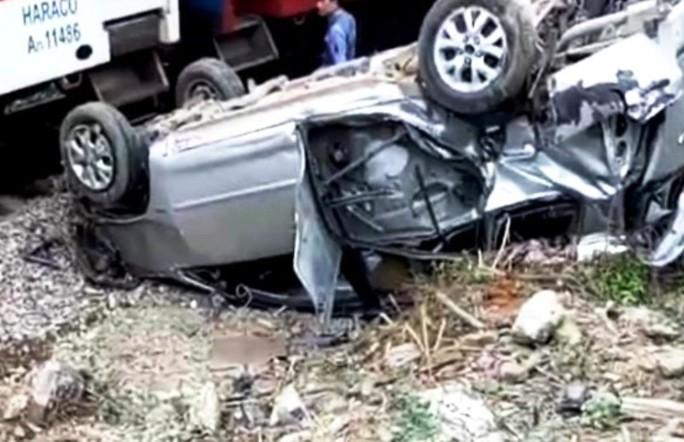 Tàu hỏa tông ô tô 7 chỗ văng xa 20 m, lật ngửa khiến 3 người nhập viện - Ảnh 1.