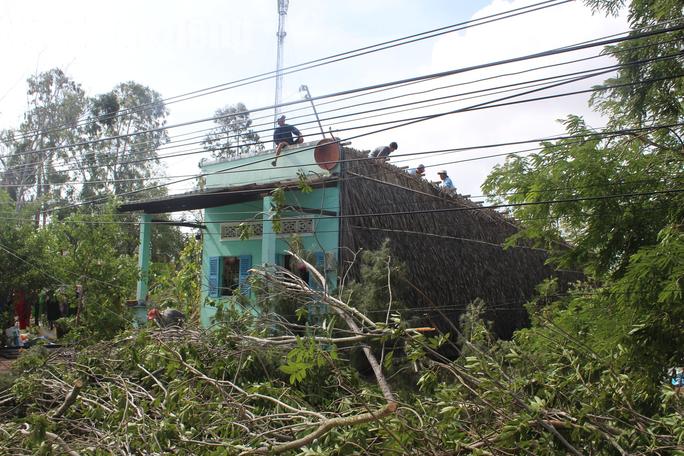 Dân Bạc Liêu kể lại giây phút kinh hoàng trận lốc xoáy cuốn phăng nhà cửa - Ảnh 2.