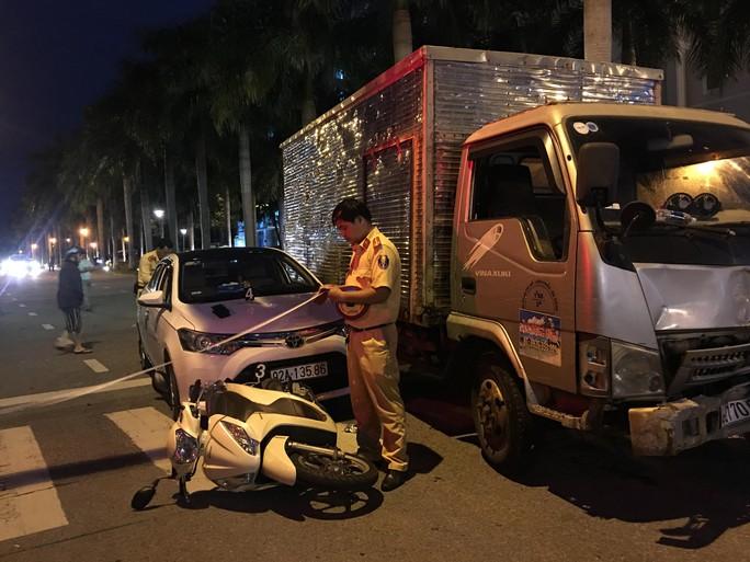 Xe tải tông 2 ôtô đang dừng đèn đỏ đã hết hạn kiểm định 3 tháng - Ảnh 2.