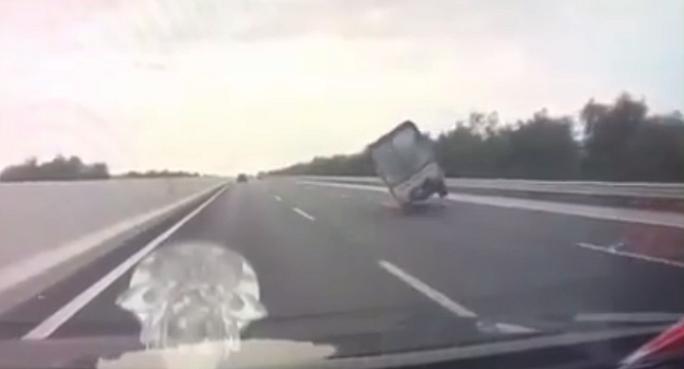 Xe tải đi tốc độ cao bất ngờ đánh võng, tông lan can đường lật ngửa - Ảnh 2.