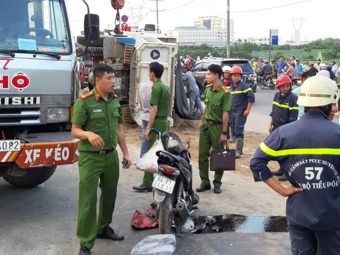 TP HCM: Xe ben tông 2 xe máy rồi lật ngang, 3 người thương vong - Ảnh 2.