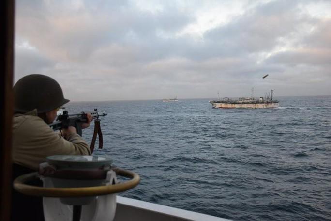 Quân đội Mỹ cảnh báo tàu cá Trung Quốc bắt nạt, đe dọa gây chiến - Ảnh 2.