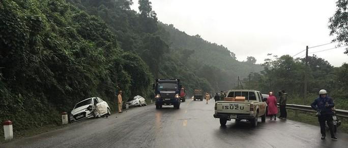 Tai nạn liên hoàn khiến 4 ô tô hư hỏng, 4 người bị thương - Ảnh 1.