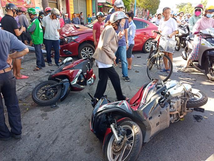 Đâm liên tiếp 2 xe máy, ô tô tông gãy cột đèn giao thông - Ảnh 3.