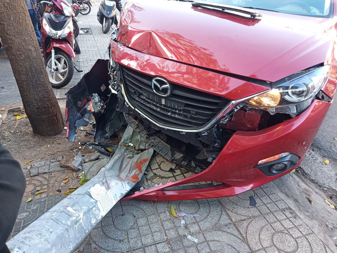 Đâm liên tiếp 2 xe máy, ô tô tông gãy cột đèn giao thông - Ảnh 4.