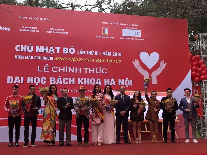 Hoa hậu Trần Tiểu Vy hồi hộp trong lần đầu hiến máu - Ảnh 25.