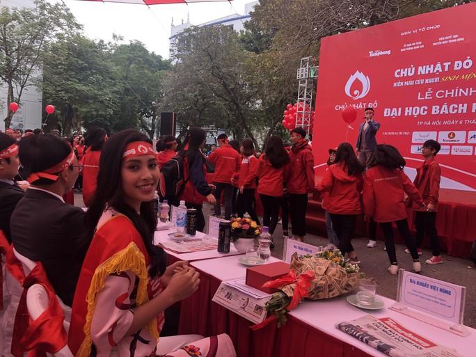 Hoa hậu Trần Tiểu Vy hồi hộp trong lần đầu hiến máu - Ảnh 26.