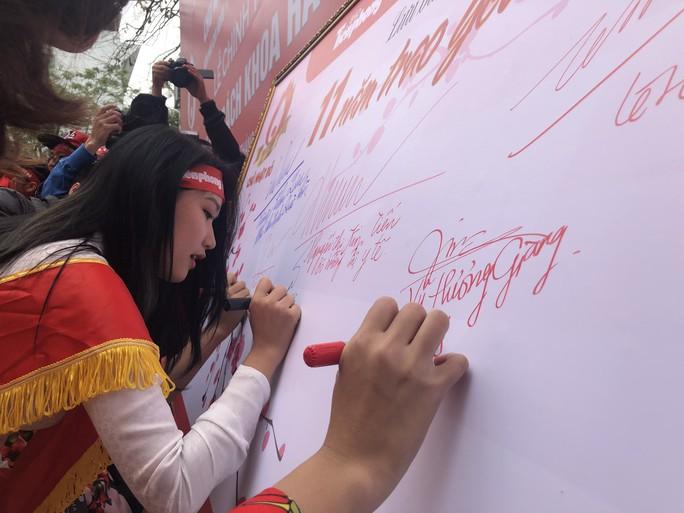 Hoa hậu Trần Tiểu Vy hồi hộp trong lần đầu hiến máu - Ảnh 23.