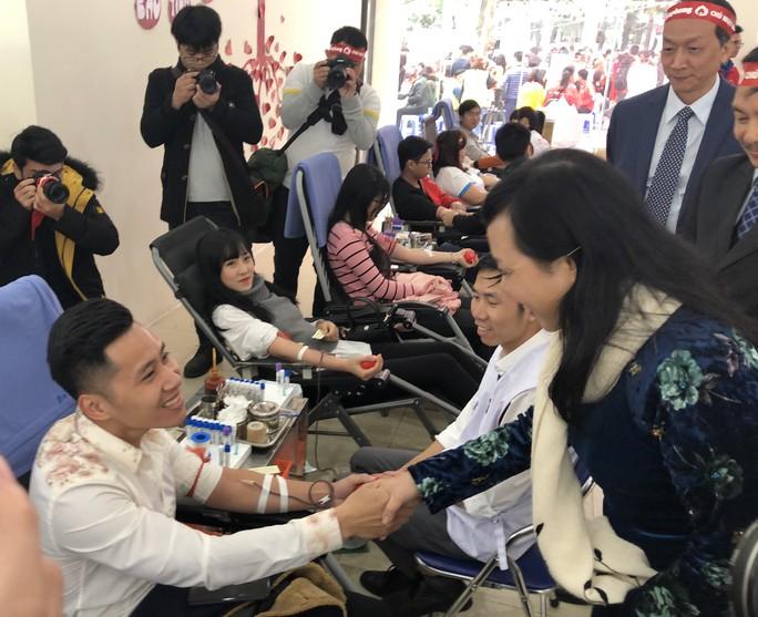 Hoa hậu Trần Tiểu Vy hồi hộp trong lần đầu hiến máu - Ảnh 14.