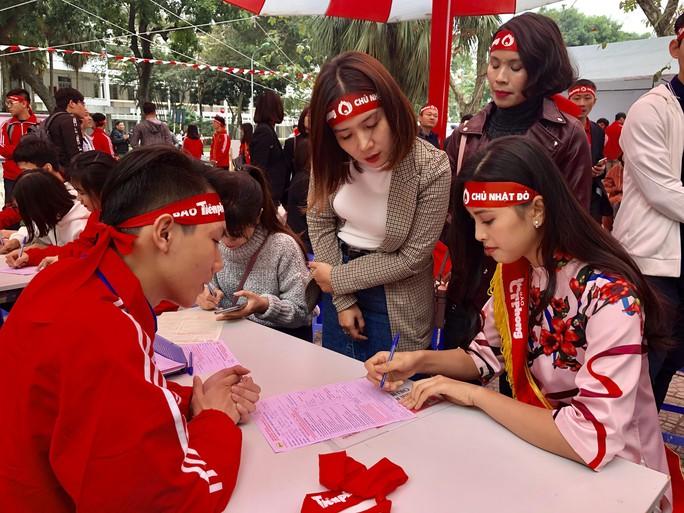 Hoa hậu Trần Tiểu Vy hồi hộp trong lần đầu hiến máu - Ảnh 1.