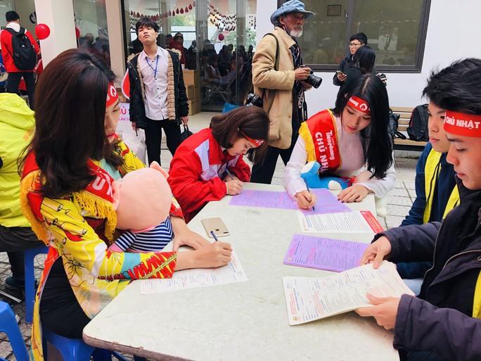 Hoa hậu Trần Tiểu Vy hồi hộp trong lần đầu hiến máu - Ảnh 12.