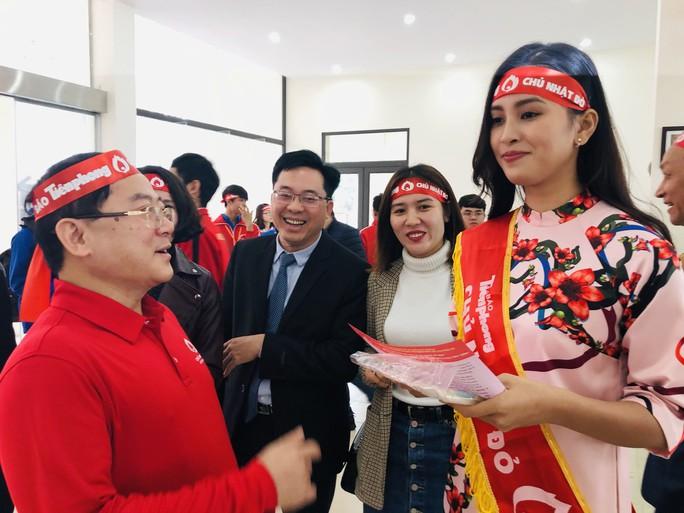 Hoa hậu Trần Tiểu Vy hồi hộp trong lần đầu hiến máu - Ảnh 2.