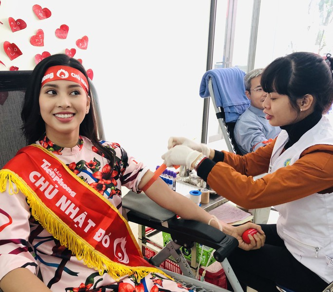 Hoa hậu Trần Tiểu Vy hồi hộp trong lần đầu hiến máu - Ảnh 3.